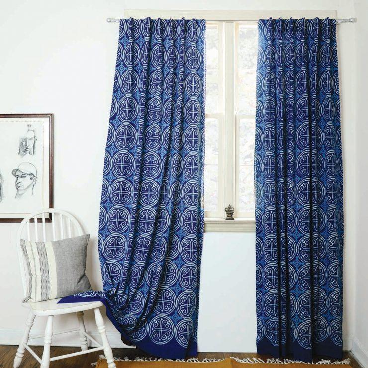 Blaue Vorhänge im Innern